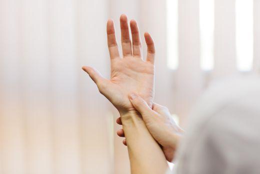 hüvelykujj alatti párna fájdalom)