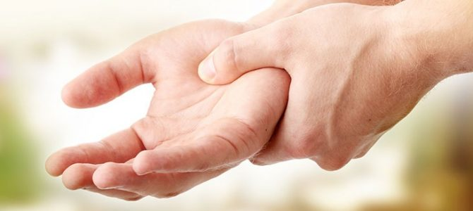 a jobb kéz mutatóujja ízületének fájdalma)