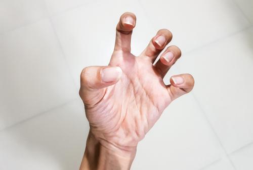 fájdalom az ujj ízületében)