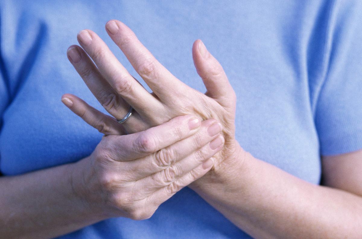 a középső ujj ízületei a karon)