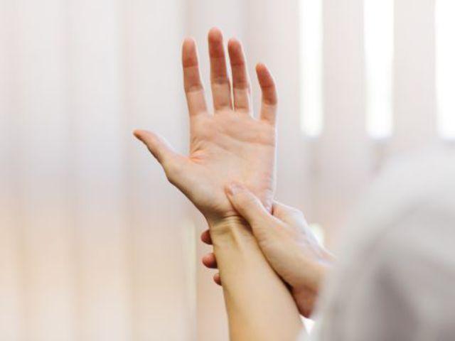 folyadék a hüvelykujj ízületében