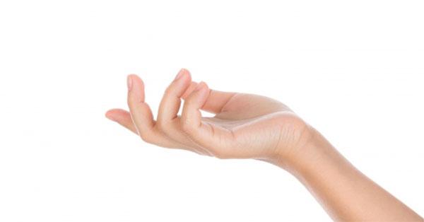 a középső ujj ízülete meghajolva fáj)