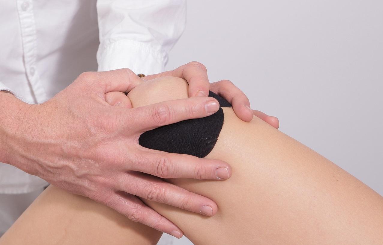 térdízületi fájdalom és kattanások