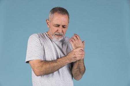 a bal ujj fáj az ízületnél