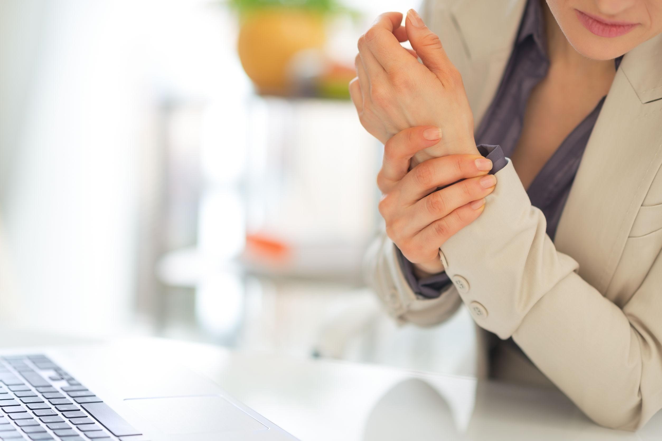 éles fájdalom a csuklóízületben