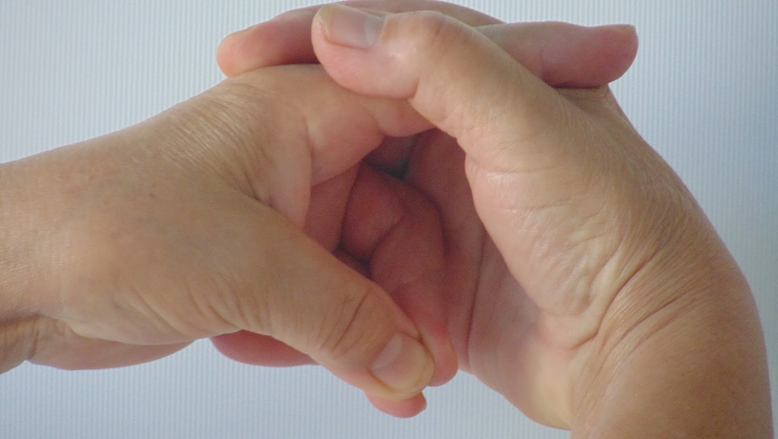 fájó középső ujj az ízületben)