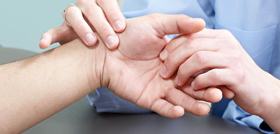 a mutatóujj fájdalma a bal kéz ízületében