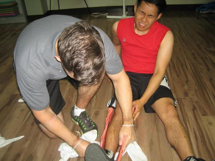 térd sérülés esetén kötést kell felvinni