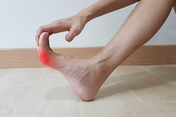 a lábujjak ízületeinek fájdalom kezelése járás közben)