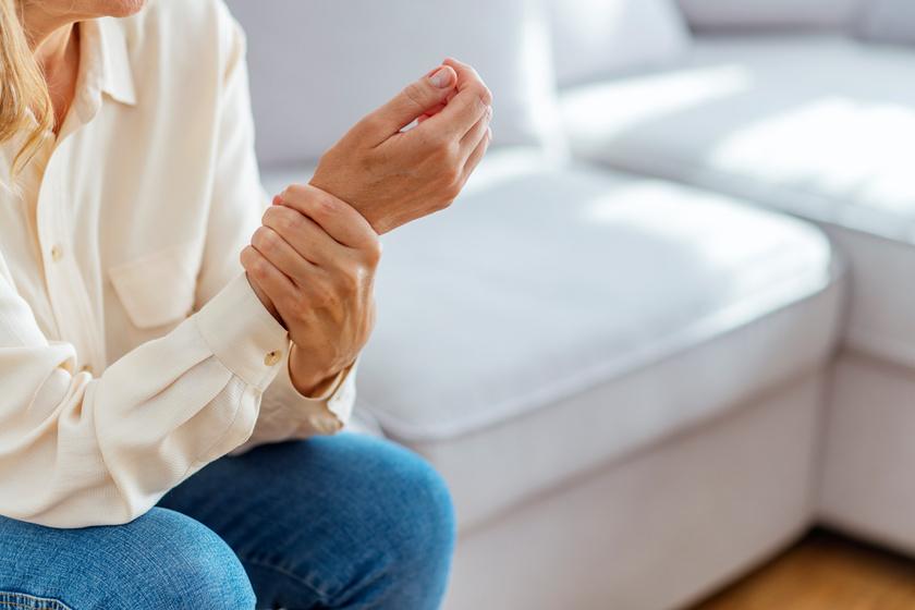nekem van rheumatoid arthritis, mint hogy kezeljem mit kell venni, ha fájnak az ujjak ízületei