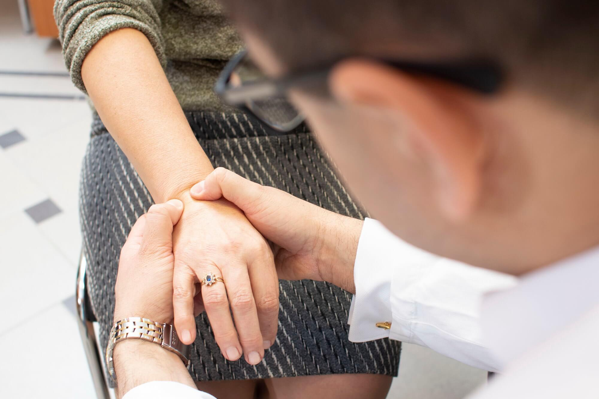 könyökfájdalom a kéz emelésekor