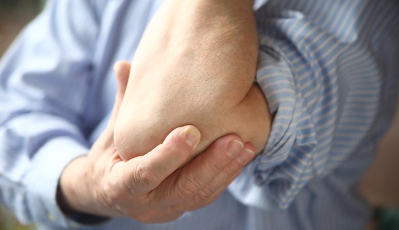 fájdalom a könyökízületben fizikai megterhelés miatt)