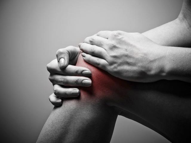 a térd és a lábak ízületei fájnak)