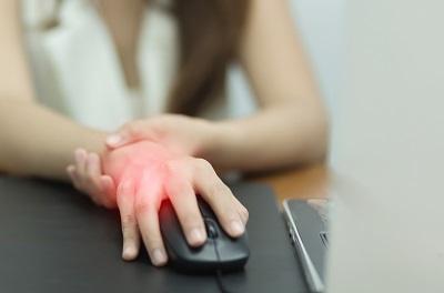 a könyökízület folyamatosan fáj