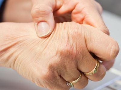 az ujjak ízületei fájnak, ha megpréselik)