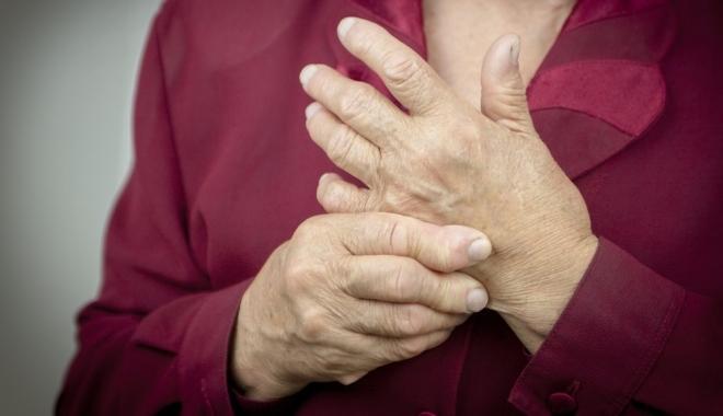 az ujjak ízületei meghajlítva fájnak)
