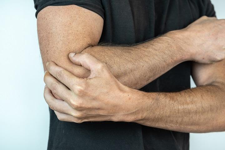 elfordítja a karok fájó ízületeit